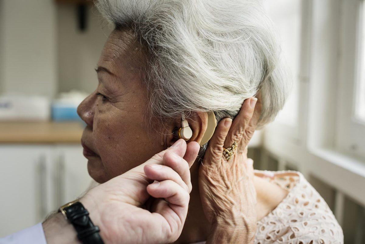 5 powodów, dla których warto leczyć niedosłuch seniora